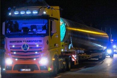 Der Windkraftanlagen-Konvoi fuhr von Bremen über die Autobahnen bis nach Chemnitz und über die B 95 nach Annaberg. Von dort aus ging es durch Königswalde (Foto) nach Jöhstadt. Das längste Fahrzeug maß dabei 47 Meter.
