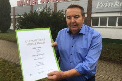 Seit 60 Jahren Meister des Fleischerhandwerks. Walter Schaller hat jetzt den Diamantenen Meisterbrief der Handwerkskammer Chemnitz erhalten.