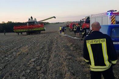 Auf einem Feld zwischen Mehltheuer und Bernsgrün brannte am Mittwochabend ein Mähdrescher. Mehrere Feuerwehren waren im Einsatz.