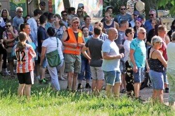Zwischen 120 und 140 sogenannte Spaziergänger versammelten sich am Montagabend im Albertpark.