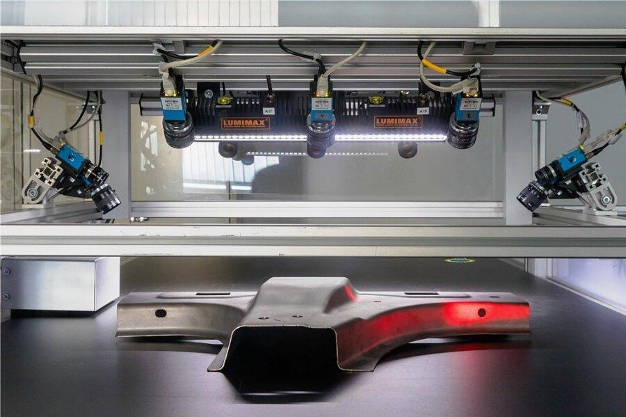 Fraunhofer-Forschung an einer automatisierten Qualitätsprüfung von Bauteilen im laufenden Fertigungsprozess.
