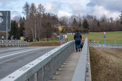 Eine Brücke für Radfahrer und Fußgänger über die Göltzschtalumgehung soll das Problem lösen, dass auf der vorhandenen Kreisstraßen-Überführung kein Platz für weitere Fahrspuren ist.