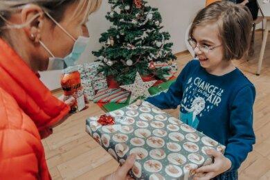 Büroland-Mitarbeiterin Jana Postler übergab Geschenke an die Kinder vom Verein Balance, unter anderem freute sich Jessica über ein Päckchen.