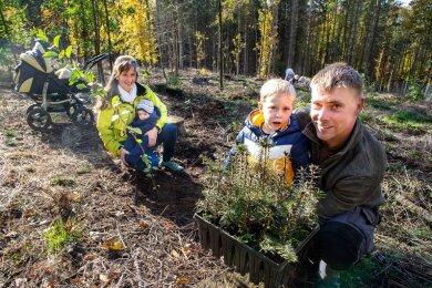 Mit Kind und Kinderwagen dabei: Tabea und Markus Hausmann mit Dean und John.