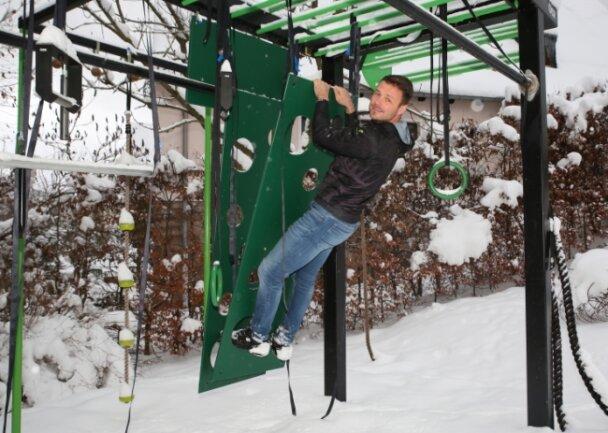 Im Garten von Ralf Sommerfeldt in Erlabrunn steht das erste der Großsportgeräte, die er mit seinem Freund entwickelt hat.