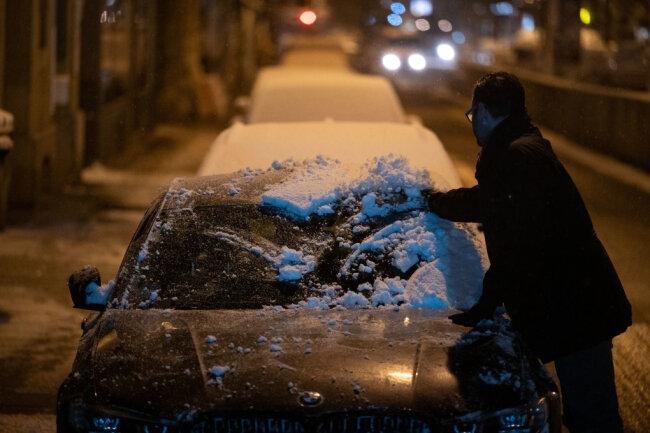 Auch das Autodach sollte vor Fahrtantritt gründlich vom Schnee befreit werden.