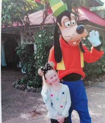 Geschenk zum Schulanfang: Helena im Disneyland Paris.
