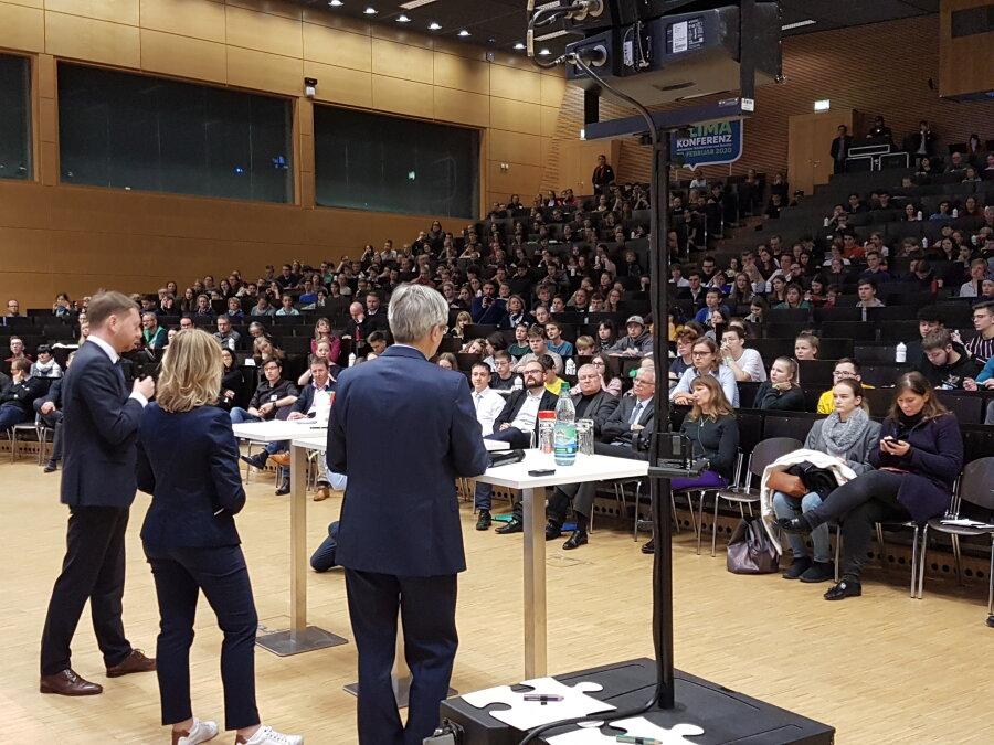 Ministerpräsident Michael Kretschmer (links) mit Joanna Kesicka, Vorsitzende des Landesschülerrats, und dem Dresdner Universitätsrektor Hans Müller-Steinhagen bei der Klimaschülerkonferenz.