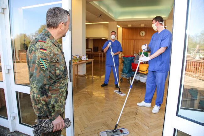 Sechs Soldaten der Panzergrenadierbrigade 37 aus Frankenberg helfen derzeit im Alten- und Pflegeheim in Radeberg aus, unter anderem bei Reinigungsarbeiten. Im Bild ist Kommandeur Oberst Rüdiger Beiser im Gespräch mit einem Soldaten.