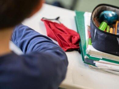 Die Maske gehört inzwischen genauso standardmäßig in den Schulrucksack wie Stift und Heft.