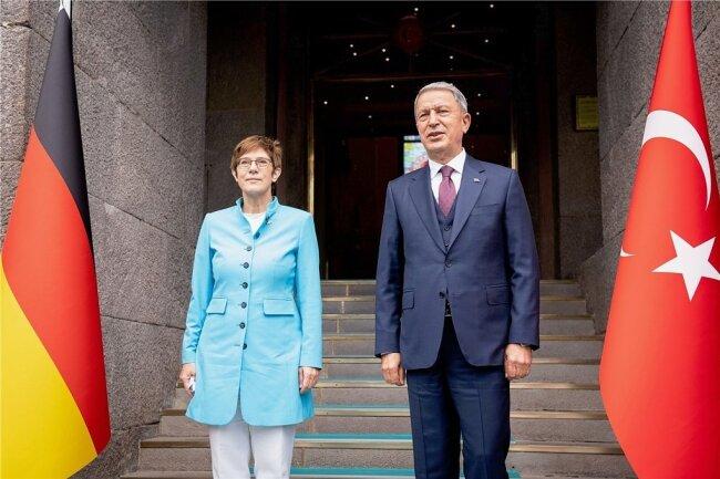 Schwierige Beziehung: Bundesverteidigungsministerin Annegret Kramp-Karrenbauer und ihr türkischer Amtskollege Hulusi Akar.