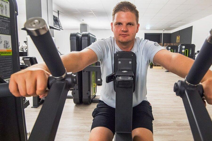 Los geht's: Reporter Georg Dostmann wagt im automatischen Fitnessstudio in Schneeberg den Selbsttest.