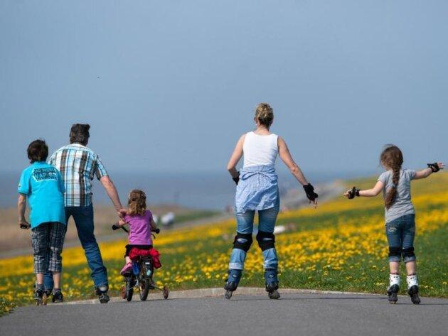 Durch gemeinsame Aktivitäten in der Familie lernen Kinder ein gesundes Bewegungsverhalten.