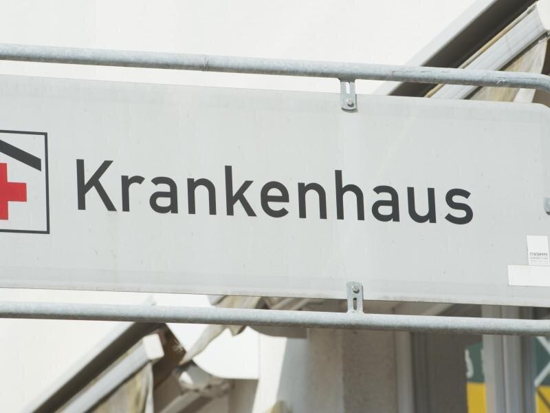 Ein Schild mit dem Schriftzug «Krankenhaus» weist die Richtung zum Krankenhaus.