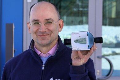 RZV-Chef Norbert Conrad mit dem neuen Funkzähler.