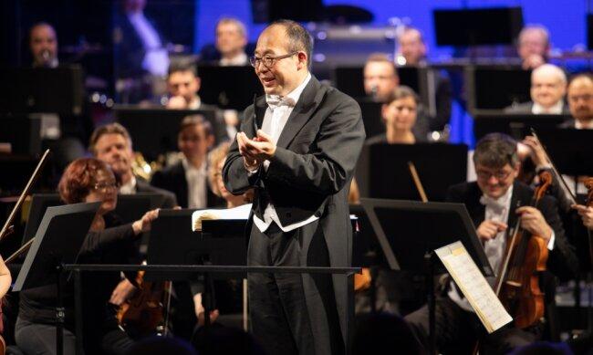 Symbolischer Applaus zum Abschied für seine Musikerinnen und Musiker der Erzgebirgischen Philharmonie. Denn ein Abschiedskonzert wird es für den langjährigen Dirigenten Naoshi Takahashi coronabedingt nicht geben. Am 24. Februar verabschiedet er sich aus dem Erzgebirge in seine alte Heimat Japan.