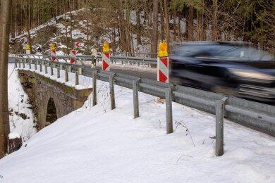 """Auf der Staatsstraße zwischen Thermalbad Wiesenbad und Wiesa (S 261) kann es ganz schön eng werden. Vor allem im Bereich der maroden Brücke über den Seidelbach ist die Fahrbahn nur eingeschränkt befahrbar. Jetzt kommt Bewegung in die Sache. Die Straßenbrücke wird ersetzt. Die Landesdirektion Sachsen hat dies nun genehmigt. Der Planfeststellungsbeschluss steht. """"Die bestehende Brücke über den Seidelbach muss aufgrund ihres schlechten baulichen Zustandes abgerissen werden"""", so Landesdirektionspräsidentin Regina Kraushaar. Im Zuge der Arbeiten soll die Trasse auf einer Länge von 160 Metern verbreitert und so an gültige Normen angepasst werden. Die Brücke wird aus Betonfertigteilen errichtet, die Sichtflächen mit einer Strukturschalung aus Natursteinmauerwerk versehen. Der Wanderweg werde nach dem Bau wieder nutzbar sein. Eingriffe in die Natur werden zum Beispiel mit Neupflanzungen kompensiert. aed"""