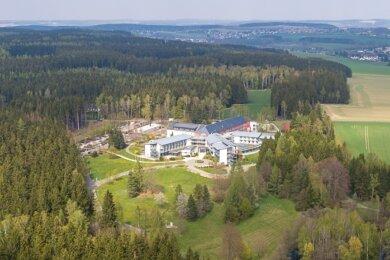 Atemwegs- und Hauterkrankungen wurden seit 1994 in der BG-Klinik im Falkensteiner Ortsteil Dorfstadt behandelt. 1999 konnte der Erweiterungsbau eingeweiht werden.