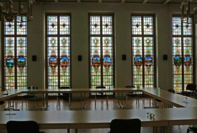 Die Bleiglasfenster im historischen Ratssaal von Wilkau-Haßlau sollen aufgearbeitet werden.