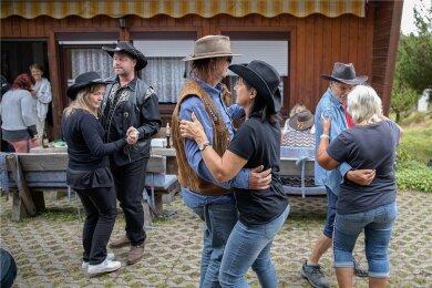 Guter Laune haben die Mitglieder des kleinen Countryclubs ohnehin schon mitgebracht. Und so brauchte es während der rund einstündigen Party mit dem langjährigen Moderator des Mitteldeutschen Rundfunks auch nicht erst einer Aufforderung zum Tanzen.