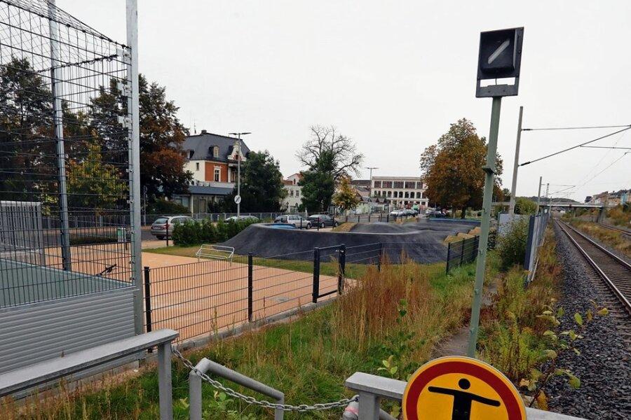 In unmittelbarer Nachbarschaft neben der Freizeitanlage befindet sich die Bahnstrecke.