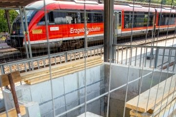 Auf dem Doppelbahnsteig 3 und 4 ist der erste Aufzugsschacht bereits betoniert.