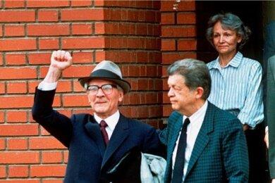 Erich Honecker im Juli 1992 beim Verlassen der chilenischen Botschaft in Moskau.
