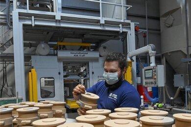 Gießereimechaniker Robin Fromm arbeitet an der neuen Maschine, mit der Sandkerne hergestellt werden.