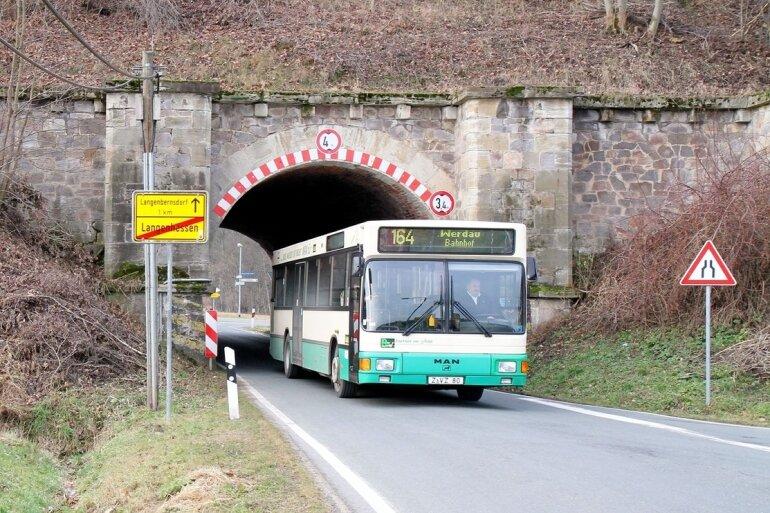 """<p class=""""artikelinhalt"""">Passiert ein Bus die Unterführung, muss der Gegenverkehr warten. Für ein zweites Fahrzeug reicht dann der Platz nicht aus. </p>"""