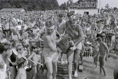 Der 7. August 1990: Tausende genießen das Wochenende am Stausee Oberwald und die Show, die ihnen zum Neptunfest geboten wird.