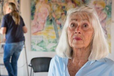 Johanna Kieling erhält beim Aufbau ihrer Ausstellung Unterstützung von den Vereinsmitgliedern. Sie kämpft um jeden Millimeter.