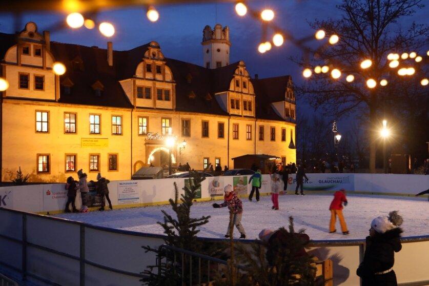 Weihnachtsmarkt und Eisbahn laden in Glauchau ein
