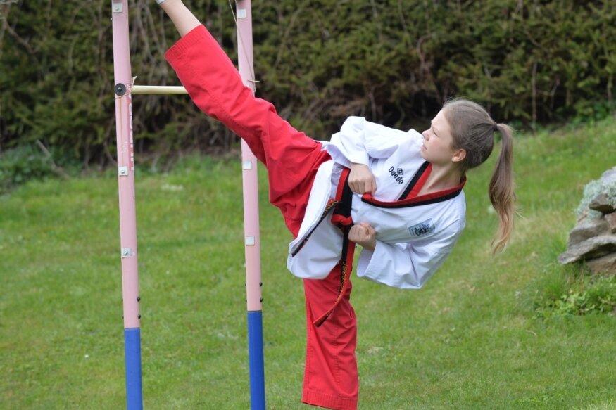 """Taekwondosportlerin Jessica Storm hat mit Platz 11 bei den """"World Taekwondo Poomsae Open"""" ihren bislang größten Erfolg verbucht. Die Vorbereitung fand vor allem im heimischen Garten in Weißenborn statt."""