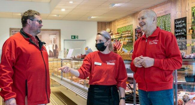 Die neue Floß-Filiale im Netto-Markt am Auerbacher Bendelstein ist gut angelaufen. Geschäftsführer Uwe Schreiber (links) und Seniorchef Christian Floß mit Mitarbeiterin Ann-Katrin Venclu.