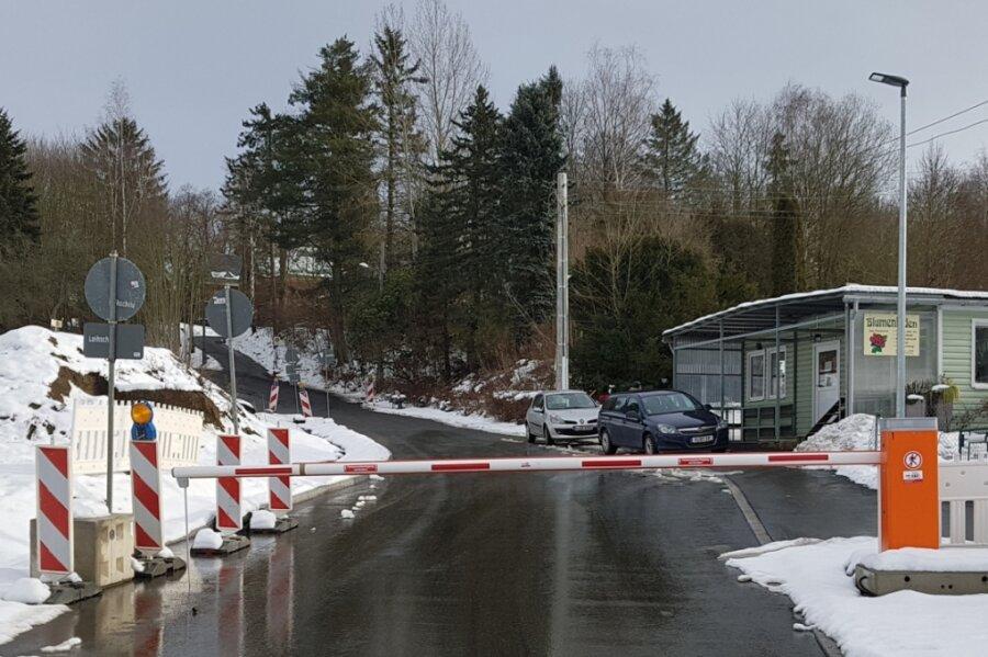 Diese Schranke hat das Landesamt für Straßenbau und Verkehr an der B 92-Zufahrt am Abzweig Görnitzer Weg inHöhe Blumengeschäft installiert. Zur Durchfahrt öffnen dürfen sie nur Linienbusse und Anlieger.