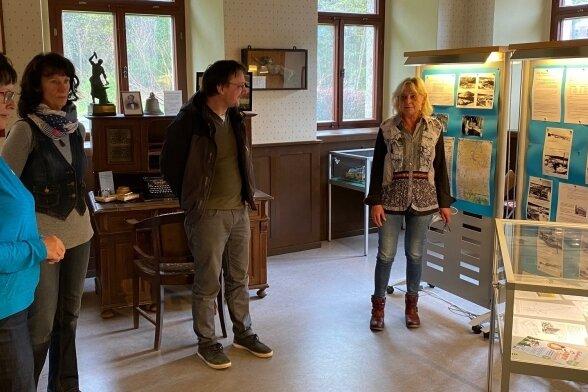 Karla Dunger und Martina Zeißig vom Heimatverein Topas informierten im Tannenbergsthaler Herrenhaus Denis Loos und Silke Stark (von links) über die neu gestaltete Ausstellung.