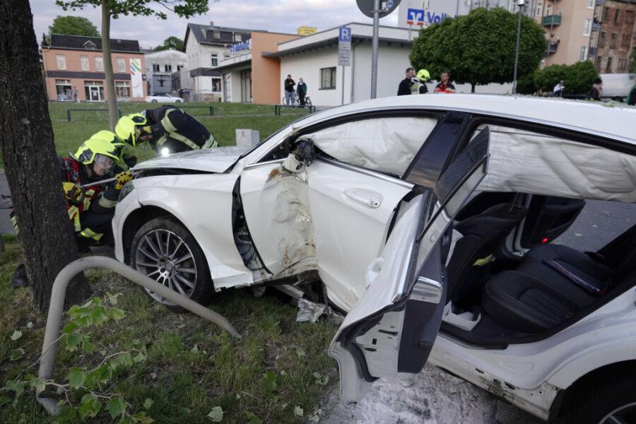 Mercedes prallt gegen Baum