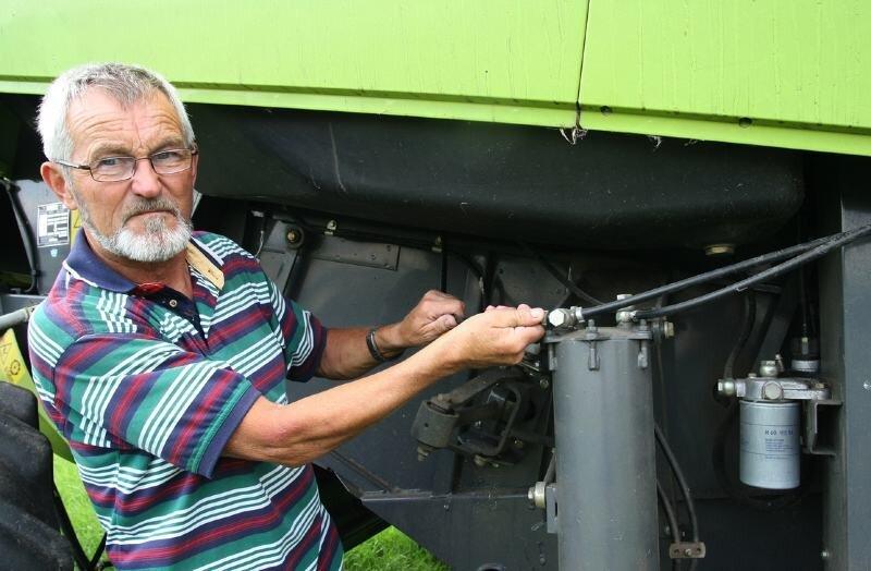 """<p class=""""artikelinhalt"""">Jürgen Helbig, Geschäftsführer des Olbernhauer Landwirtschaftsbetriebes, prüft die Dieselleitung an einem Mähdrescher. Gegen den Dieselklau ergreift er verschiedene Maßnahmen. """"Bei uns befindet sich in allen Maschinen immer nur ganz wenig Diesel"""", erklärt Helbig. Mähdrescher, Traktoren und andere Landmaschinen bleiben nur im Notfall draußen. Zudem unternimmt der Olbernhauer nachts regelmäßig Kontrollgänge. </p>"""