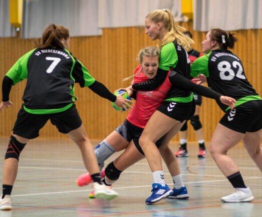 Kein Durchkommen: Die Defensive des BSV Limbach-Oberfrohna II ließ Nadine Vollhardt (M.) keine Räume. Die Rochlitzerinnen erzielten insgesamt nur 14 Tore und unterlagen klar mit 14:23.