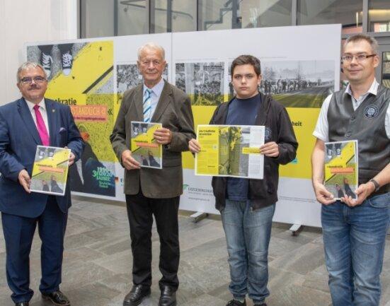 Landrat Frank Vogel, Zeitzeuge Heinz-Günther Kraus, Schüler Henry Faust, und Lehrer Pavel Dolezal waren beim offiziellen Auftakt dabei.