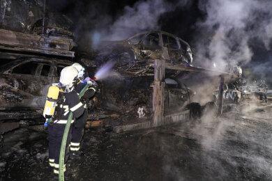 Ein Autotransporter brannte in der Nacht zum Montag auf der A4 zwischen Berbersdorf und Siebenlehn.
