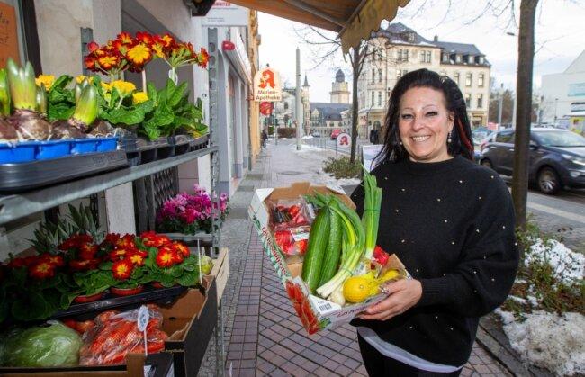"""Neben Primeln und Hyazinthen hat Daniela Hellinger vom """"Plauener Blumenstübl"""" jetzt auch Gurken und Erdbeeren im Angebot. Ordnungshütern passte das am Mittwoch dennoch nicht."""