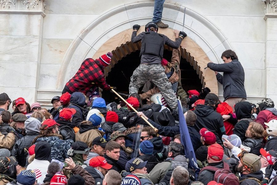 Hunderte Trump-Anhänger kapern das Kapitol. Vier Menschen kamen dabei ums Leben. 14 Polizisten wurden teils schwer verletzt.