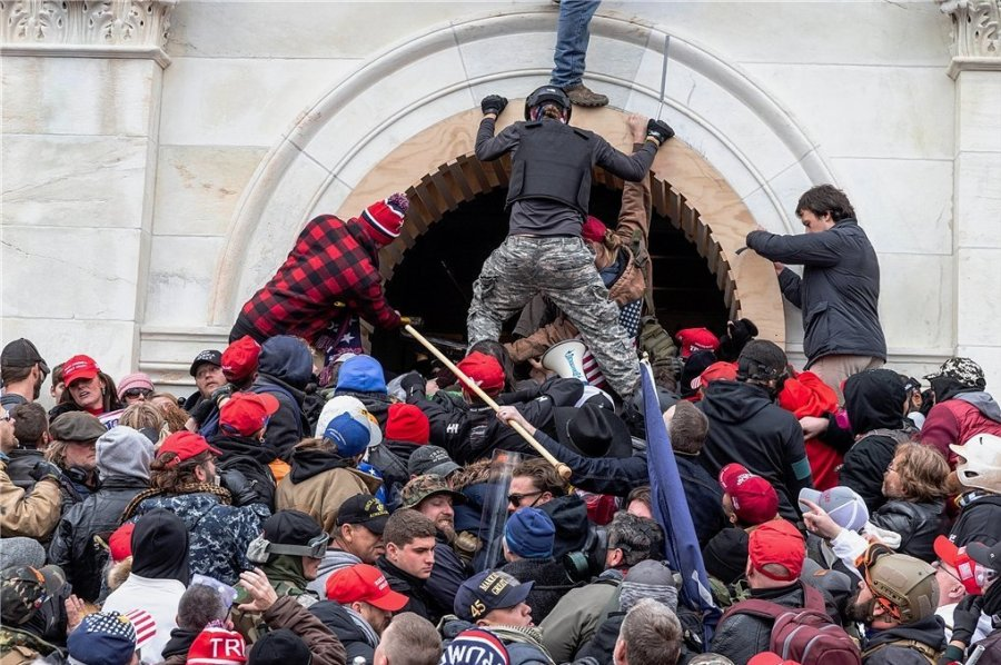 Hunderte Trump-Anhänger kaperten das Kapitol. Vier Menschen kamen dabei ums Leben. 14 Polizisten wurden teils schwer verletzt.