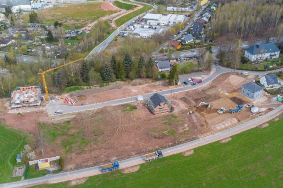 Blick aus der Luft auf das neue Wohngebiet an der Semmelweissiedlung in Bad Schlema. Auf dem rund 1,8 Hektar großen Areal sollen in den kommenden Jahren mehrere Wohnhäuser entstehen.
