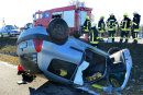 Auf der Staatsstraße 200 zwischen Erlau und Mittweida ist am Donnerstagmittag ein Pkw Clio aus ungeklärter Ursache von der Fahrbahn abgekommen und auf dem Dach gelandet.
