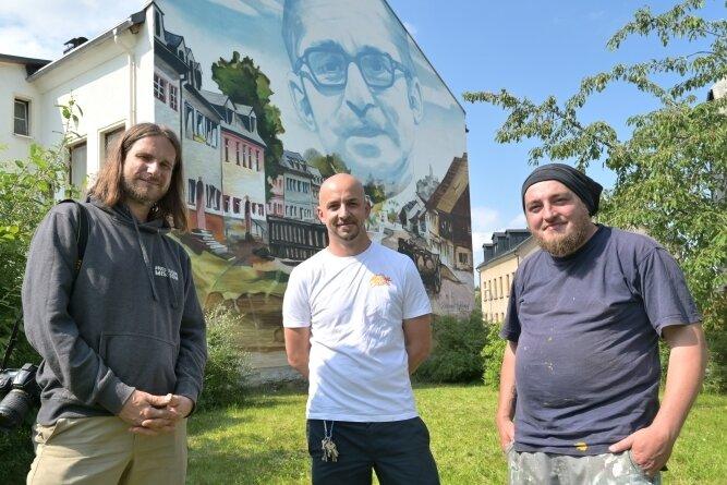 In Neustädtel ist ein Street-Art-Projekt eingeweiht worden. Gestaltet wurde die Hausfassade von der Europäischen Kunstgemeinschaft. Im Bild Guido Günther aus Chemnitz, Alexander Mehlhorn aus Schneeberg und Markus Esche aus Glauchau (von links).