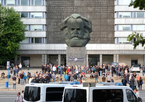 Es kommt zu ersten Auseinandersetzungen zwischen Linken und Rechten am Marx-Monument.