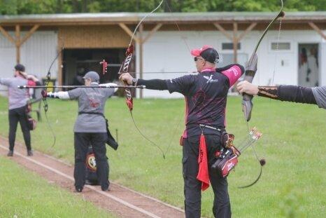 Vereinsmitglieder vom Bogensportverein Rabenstein auf der Rabensteiner Anlage beim ersten Wettkampf seit einem Jahr.