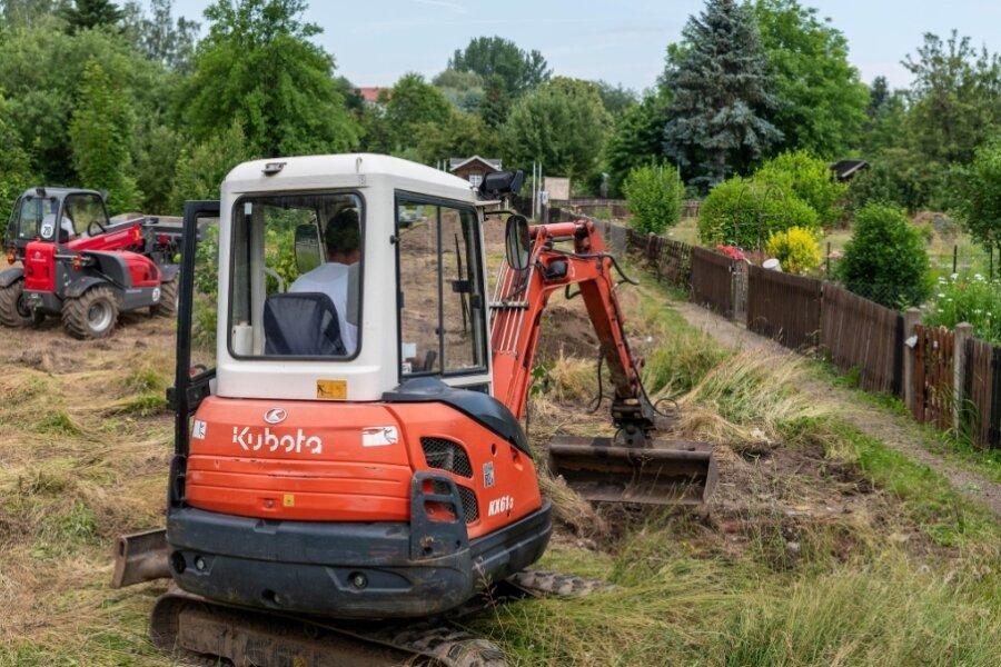 Bagger reißen alte Lauben am Klinkborn weg - auch Parkbucht entstanden